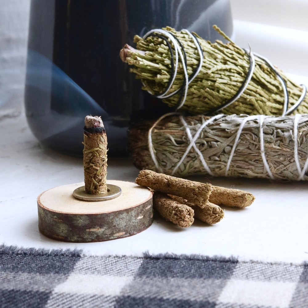DIY Winter Incense #holidaycraft #clay #clayhouse #incenseholder #smokerhouse #christmassmoker #claycraft #ovenbakedclay #incense #falldecor #autumndecor #thanksgivingdecor #thanksgvingdiy #falldiy #autumndiy #winterdiy #winterdecor #incensediy #wintercraft #winterdiy #hygge #relaxingcraft #christmas #thanksgiving #christmasdecor #freetemplate #template