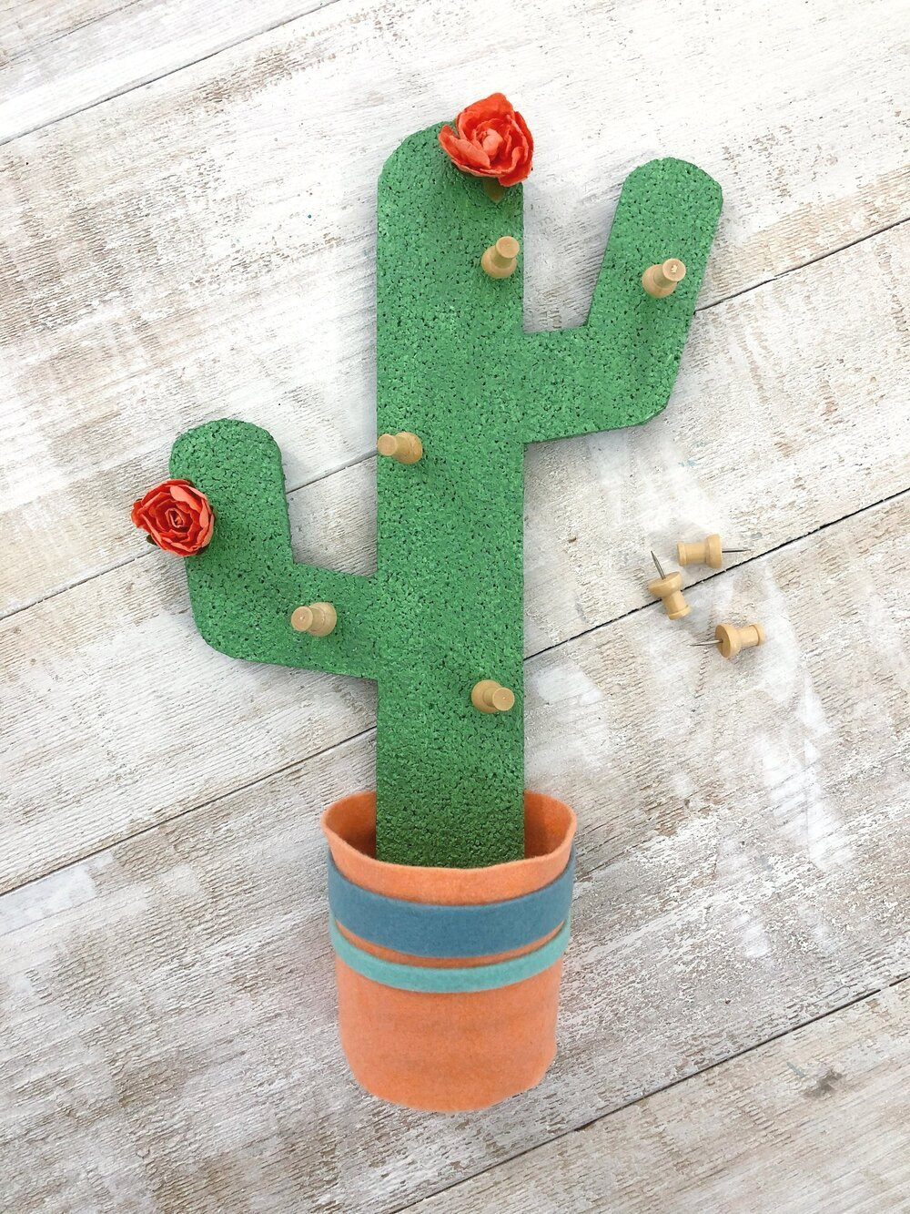 Create an easy Magnetic Cactus Corkboard to keep your fridge looking cute with all your papers organized! #kitchen #cactus #corkboard #easydiy #dormroomdecor #magnet #feltcraft #wallorganizer #pushpins #easycrafts #craftstodowhenbored #homedecor #kitchenmakeover #summervibes #pinboard #penholder #upcycle